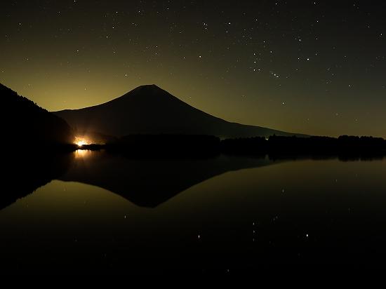 田貫湖に映る富士とオリオン座