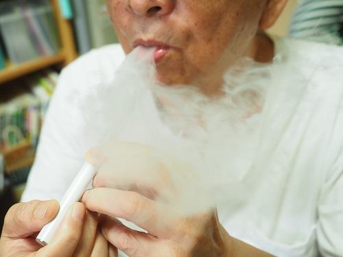 スムースビップを吸う父