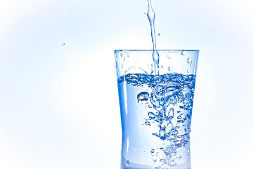 二日酔いにはまず水の摂取を