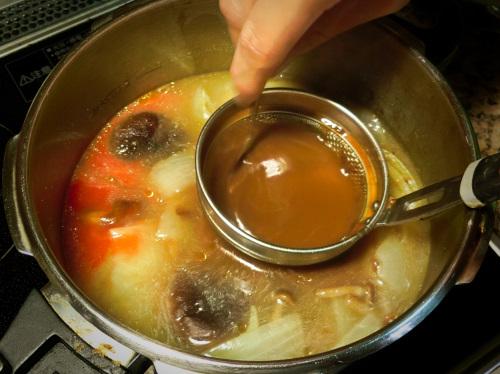 赤味噌とカレーのルーを溶いて入れます