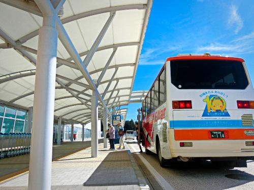 富士山静岡空港の前にバスが停まる