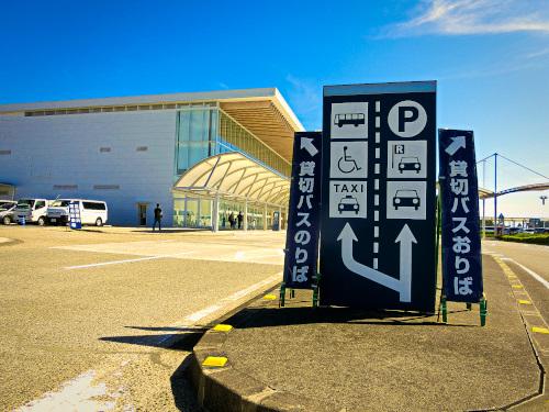 富士山静岡空港の前の貸切バスの進入表示