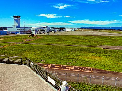 石雲院展望デッキからのぞむ空港の建物