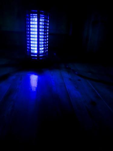 電撃殺虫灯の青白い灯り
