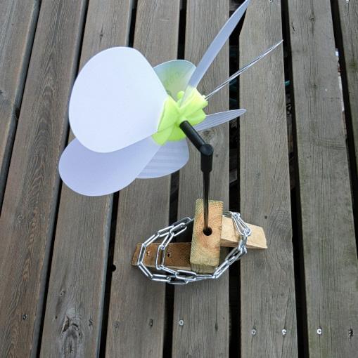 鉄製チェーンを重しにした風車立て